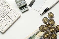 Kredytowa karta, kalkulator z monetą, penl na pieniędzy banknotach Euro Obrazy Royalty Free