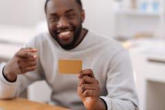 Kredytowa karta trzyma pozytywnym ładnym mężczyzna Obraz Stock