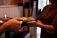 Kredytowa karta trzymająca nad karciana maszyna Zdjęcie Royalty Free