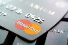 Kredytowa karta z MasterCard logem na komputerowej klawiaturze Fotografia Stock