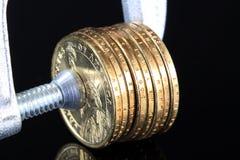 Kredytowa kryzys sterta Złociste monety w kahacie Fotografia Stock