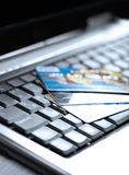 Kredytowe karty i laptop Obrazy Stock