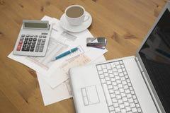 Kredytowe karty na laptopie z kredytowej karty oświadczeniami filiżanka ho Zdjęcie Royalty Free