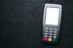 Kredytowej karty terminal na ciemnym drewnianym biurku Zdjęcie Stock