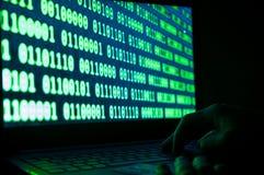 Kredytowej karty złodziej, kredytowa karta na laptop klawiaturze, binarny numerowy system na laptopu ekranie Obrazy Stock