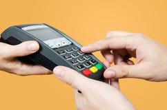 Kredytowej karty zamach przez terminal dla sprzedaży Zdjęcie Royalty Free