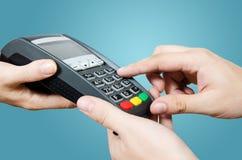 Kredytowej karty zamach przez terminal dla sprzedaży Zdjęcia Royalty Free