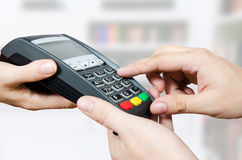 Kredytowej karty zamach przez terminal dla sprzedaży Obraz Royalty Free