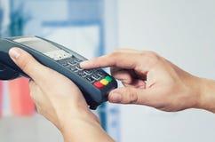 Kredytowej karty zamach przez terminal dla sprzedaży Zdjęcie Stock