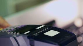 Kredytowej karty zapłaty terminal w sklepie Makro- obiektyw zdjęcie wideo