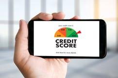 KREDYTOWY wynik (biznesmen Sprawdza Kredytowego wynika Online i Finan fotografia stock