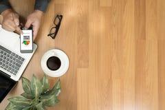 KREDYTOWY wynik (biznesmen Sprawdza Kredytowego wynika Online i Finan obrazy royalty free