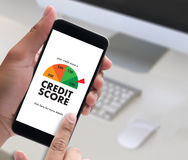 KREDYTOWY wynik (biznesmen Sprawdza Kredytowego wynika Online i Finan zdjęcia royalty free