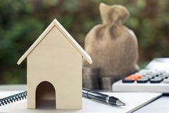 Kredyty mieszkaniowi, tani domów projekty, pierwszy stwarzają ognisko domowe zaczynać rodzinnego pojęcie zdjęcia royalty free