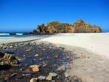 Kreek en Seastacks in Julia Pfeiffer Beach State Park in Big Sur, Californië royalty-vrije stock afbeelding