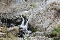Kreek van shuhaipubuwaterval in oerwoud, rgb adobe stock fotografie