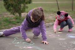 Kreide des Kinderabgehobenen betrages auf der Straße stockfotos