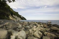Kreide-Klippen-Insel mit felsigem Ufer, baltische Küste, Rugen, Deutschland stockbilder