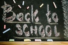 Kreide mit Wörtern zurück zu Schule stockbilder