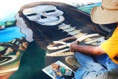 Kreide-Straßen-Kunst des Skeletts mit Künstler Stockfotografie