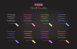 Kreidebürsten mit Kreiden Verfolgt unterschiedliche Kreide des Vektors Farbauf schwarzer Tafel Lizenzfreie Abbildung