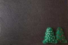 Kreidebrett für Mitteilung mit Weiche felted Spielwaren Stockfotografie