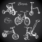 Kreidebrett stellte mit Hand gezeichneten Fahrrädern und Balancenfahrrad, helme ein Lizenzfreie Stockfotos