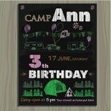 Kreidebretteinladung für Geburtstag im Kampieren Lizenzfreie Stockfotografie