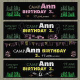 Kreidebretteinladung für Geburtstag im Kampieren Lizenzfreies Stockfoto