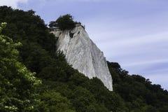 Kreideklippen bedeckt mit Bäumen, Küstenlinie des Rugen Deutschland stockbilder