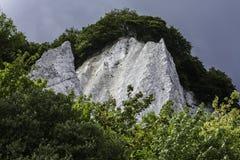 Kreideklippen bedeckt mit Bäumen - Küstenlinie, Rugen Deutschland stockfotos
