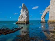 Kreideklippen von Etretat mit dem natürlichen ` Aval Bogen Porte d und der Steinnadel nannten L ` Aiguille stockfotografie