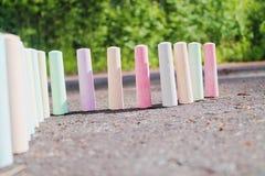 Kreiden für malenden Stand auf dem Asphalt Lizenzfreies Stockbild