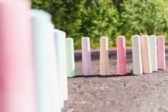 Kreiden für malenden Stand auf dem Asphalt Stockfotografie