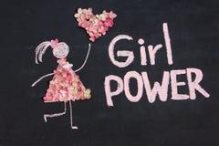 Kreidezeichnungs-Frauenikone kleidete in den Naturblumen mit Herzen von den Blumen an MÄDCHEN-ENERGIE-Aufschrift auf Tafel oder T stockfotografie