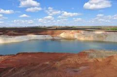 Kreidiger See mit blauem Wasser lizenzfreie stockfotografie