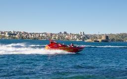Kreis-Abenteuer Quays Unze mit dem berühmten roten Haifisch-Boot an Sydney-Hafen Lizenzfreie Stockfotografie