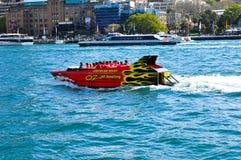 Kreis-Abenteuer Quays Unze mit dem berühmten roten Haifisch-Boot an Sydney-Hafen Stockfotos