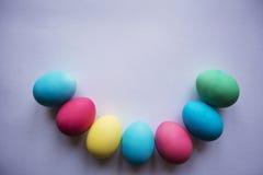 Kreis der farbigen Ostereier Eier mit Tulpen auf hölzernem Brett, Ostern-Feiertagskonzept Kopieren Sie Raum für Text Auf einem we Lizenzfreies Stockfoto