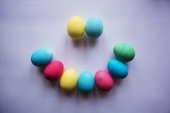 Kreis der farbigen Ostereier Eier mit Tulpen auf hölzernem Brett, Ostern-Feiertagskonzept Kopieren Sie Raum für Text Auf einer Pl Stockfotografie