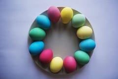 Kreis der farbigen Ostereier Eier mit Tulpenostern-Feiertagskonzept Kopieren Sie Raum für Text Auf einem weißen Hintergrund Lizenzfreie Stockfotos