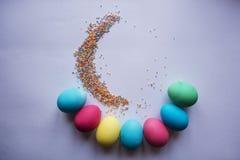 Kreis der farbigen Ostereier Eier mit Tulpenostern-Feiertagskonzept Kopieren Sie Raum für Text Auf einem weißen Hintergrund Stockfotografie
