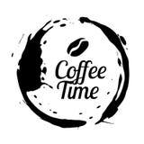 Kreis der FleckKaffeetasse Kaffeebohnen- und Buchstabekaffeezeit Stock Abbildung