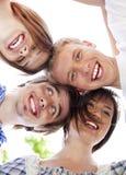 Kreis der glücklichen Freunde mit ihren Köpfen zusammen Stockfotos