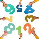Kreis der Hände mit bunten Zahlen stockfotografie