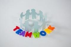 Kreis des Papierausschnitts stellt mit Teamwork-Wort dar Lizenzfreie Stockfotografie