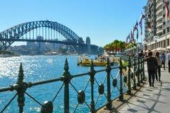 Kreis-Quay, das Bereich eine populäre Nachbarschaft für Tourismus, es ist, bewirtet einige Fährenkais mit der Ansicht von Sydney  lizenzfreie stockfotos