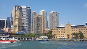Kreis-Quay, welches die Ufer von Sydney Harbour, das alte und das neu zeigend, Sydney NSW Australien einfaßt stockbild