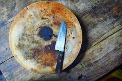 Kreis und Messer des hackenden Brettes auf hölzerner Tabelle stockfotos