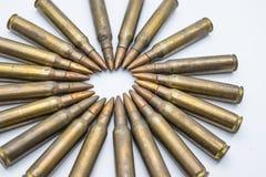 Kreis von alten Gewehrpatronen 5 56 Millimeter auf einem weißen Hintergrund Stockfotos
